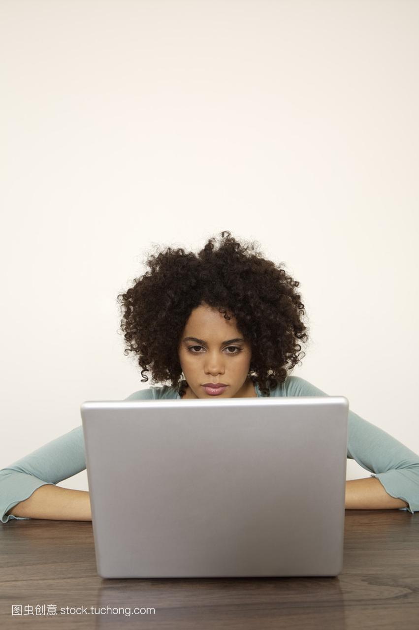 齐肩笔记本女人的v女人年轻电脑郑爽随意使用短发图片