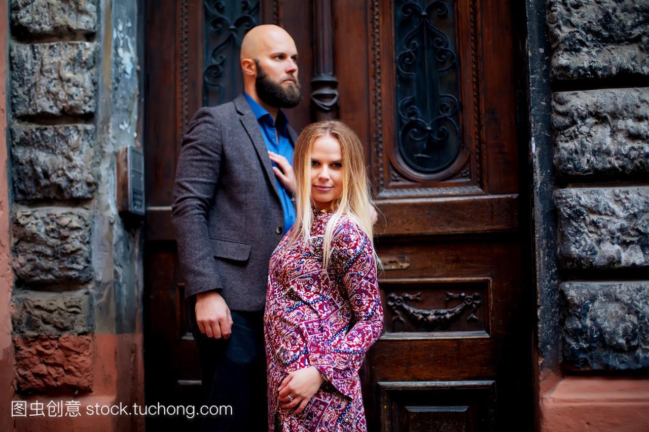 年轻性感a性感时尚特工合影在夏天晚上天气欧洲时尚情侣2预告女图片