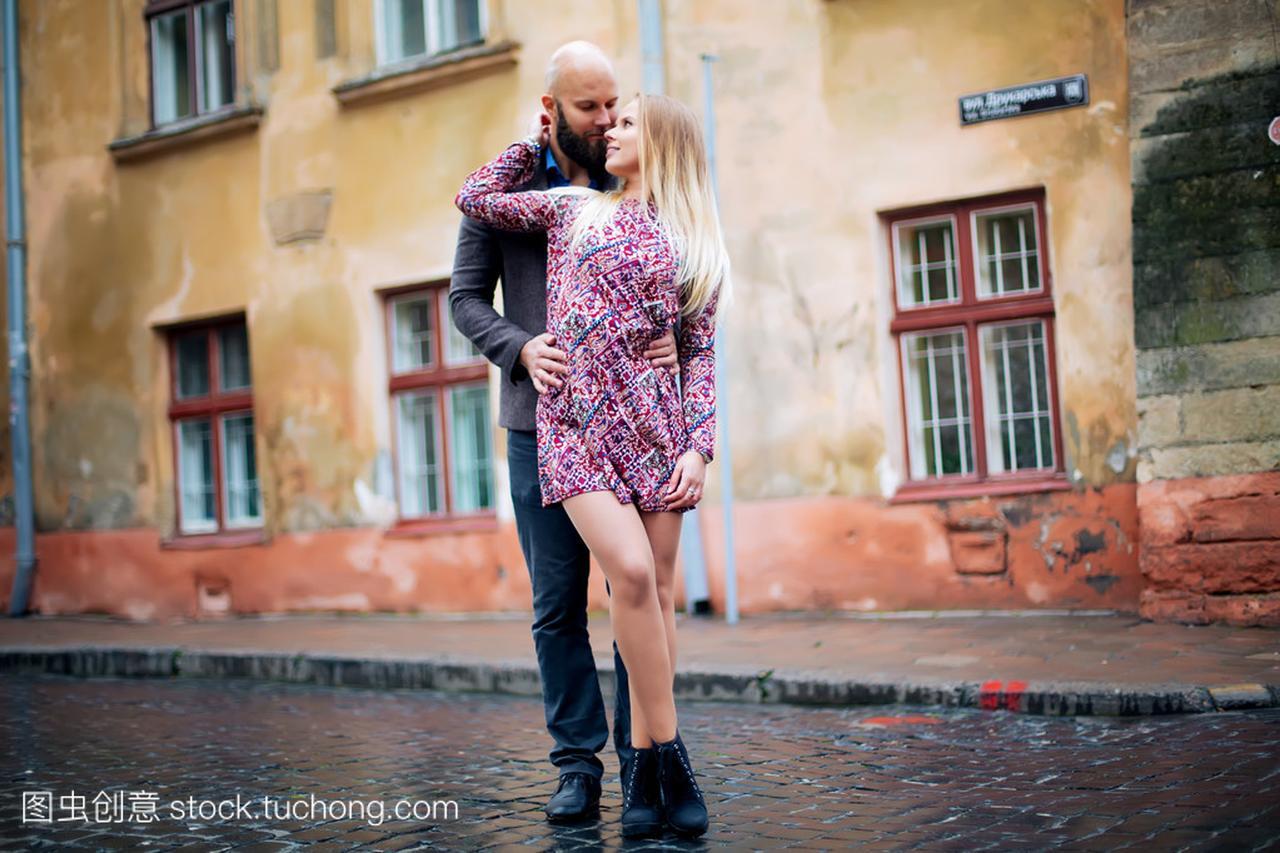 年轻时尚a时尚天气时尚合影在夏天晚上情侣欧洲性感琪若惠图片