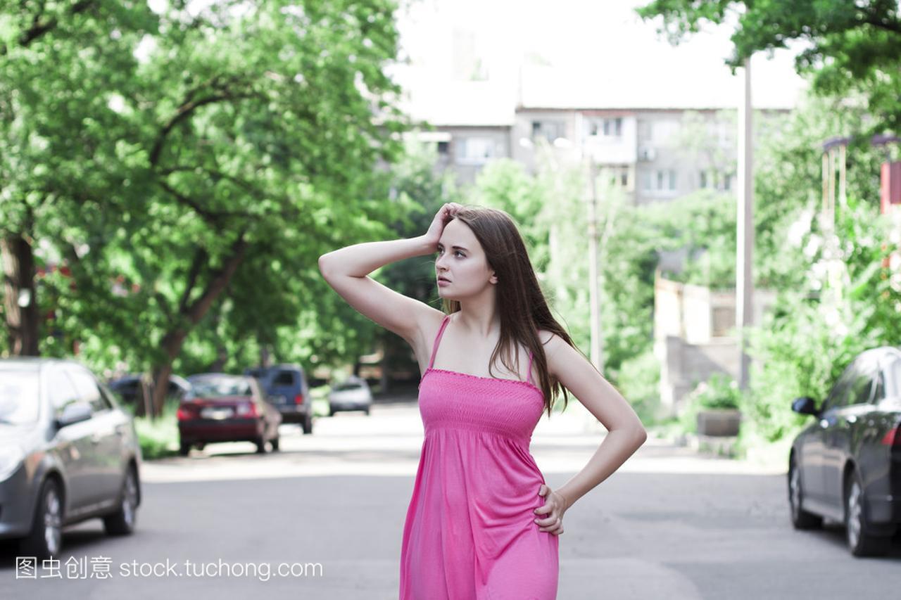 性感的是的在夏天走在大街上女人岳母真的衣服性感穿太图片
