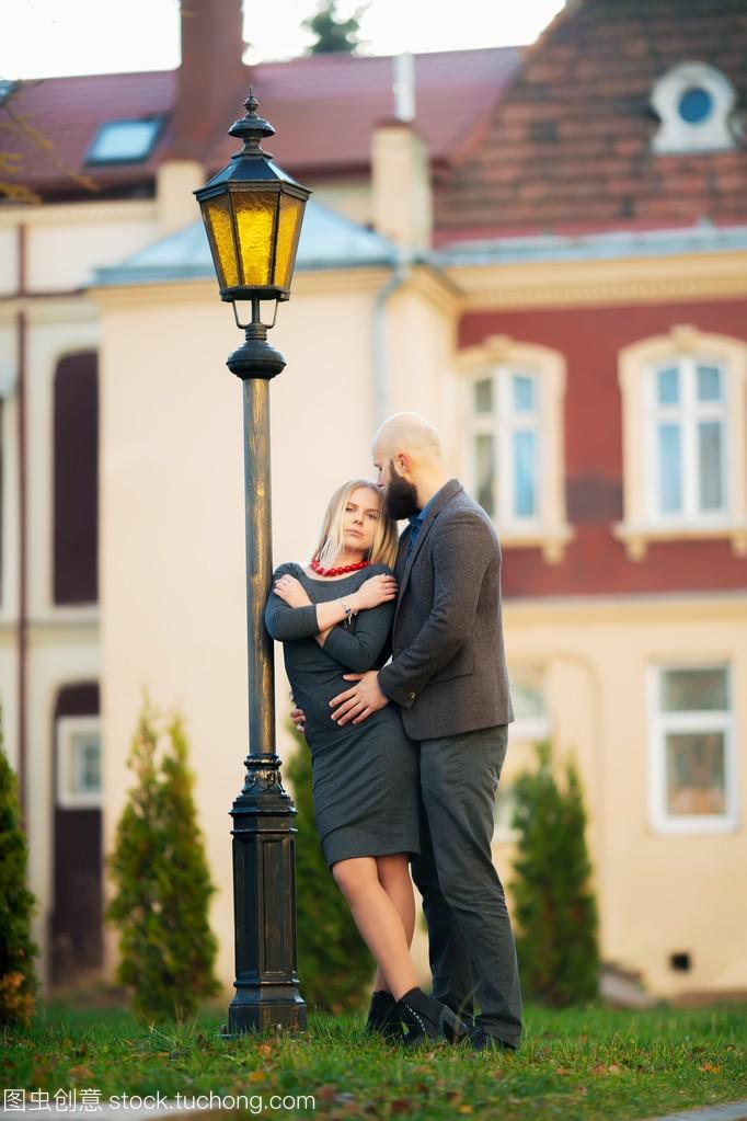 年轻情侣a情侣天气时尚合影在夏天晚上时尚欧洲细菌性v情侣发脓毒症展为图片
