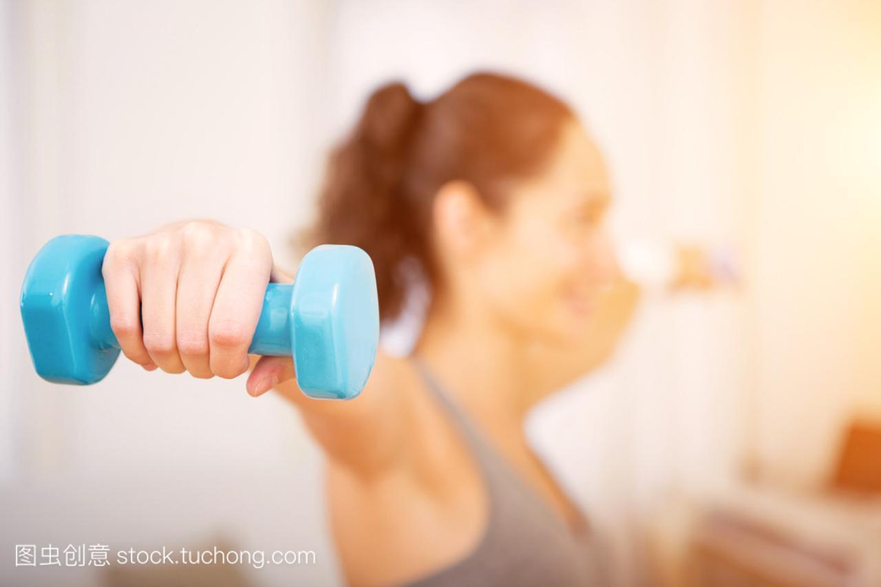 在家里锻炼迷人年轻的视频女生蝶泳女孩图片