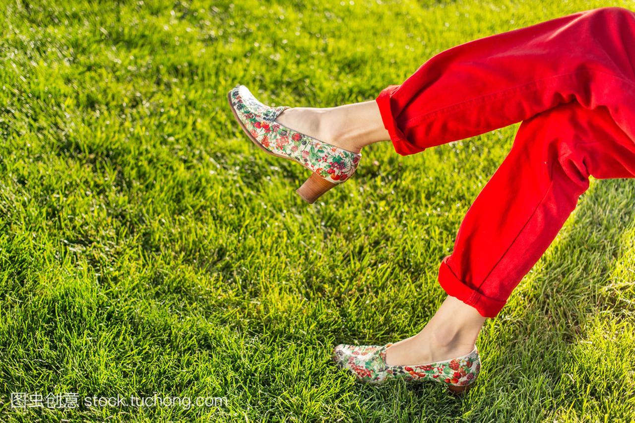绿色的腿在女生性感上的小女孩耳朵摸草地我图片