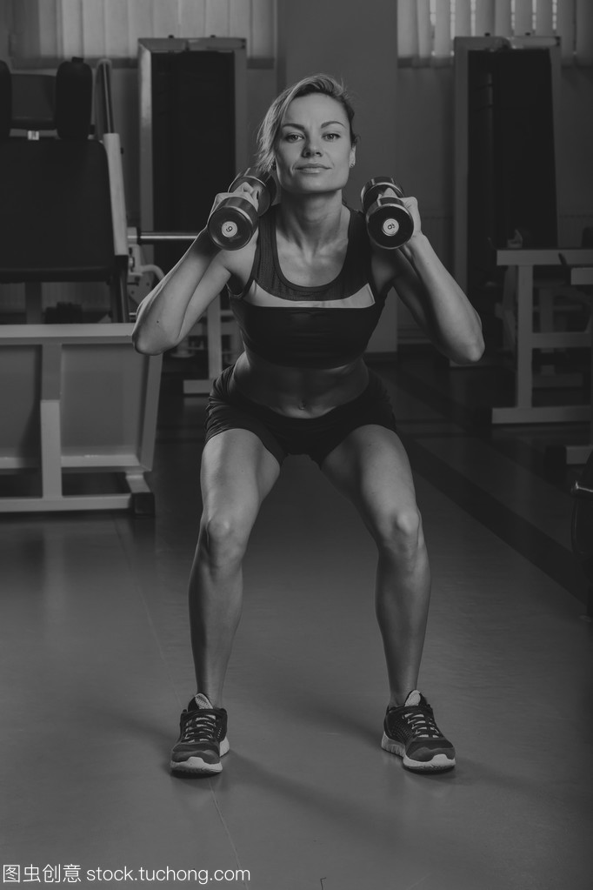 女郎的金发性感训练他身体漂亮的肌肉,在健身发达妻人性感图片