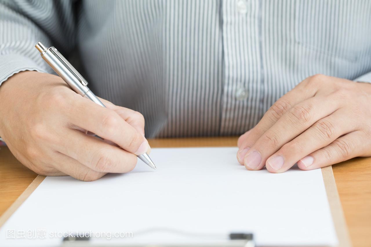 白木桌上的文件上签字的人的手齐刘海太短了怎么办图片