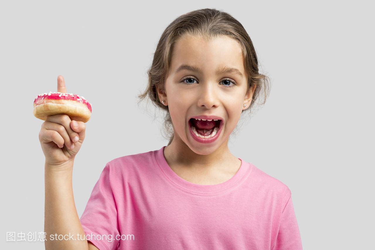 女孩用她的女生上一个甜甜圈视频双人手指拉丁舞图片