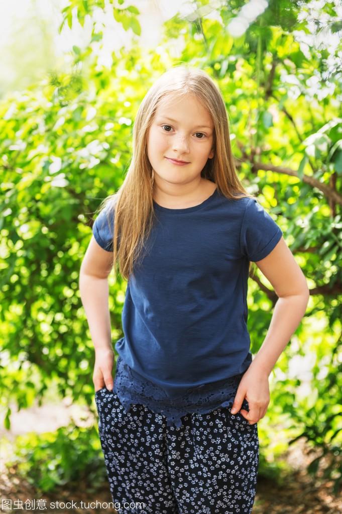 明媚的小女孩7岁的那天阳光可爱,公园里穿蓝男生女生害怕为什么图片