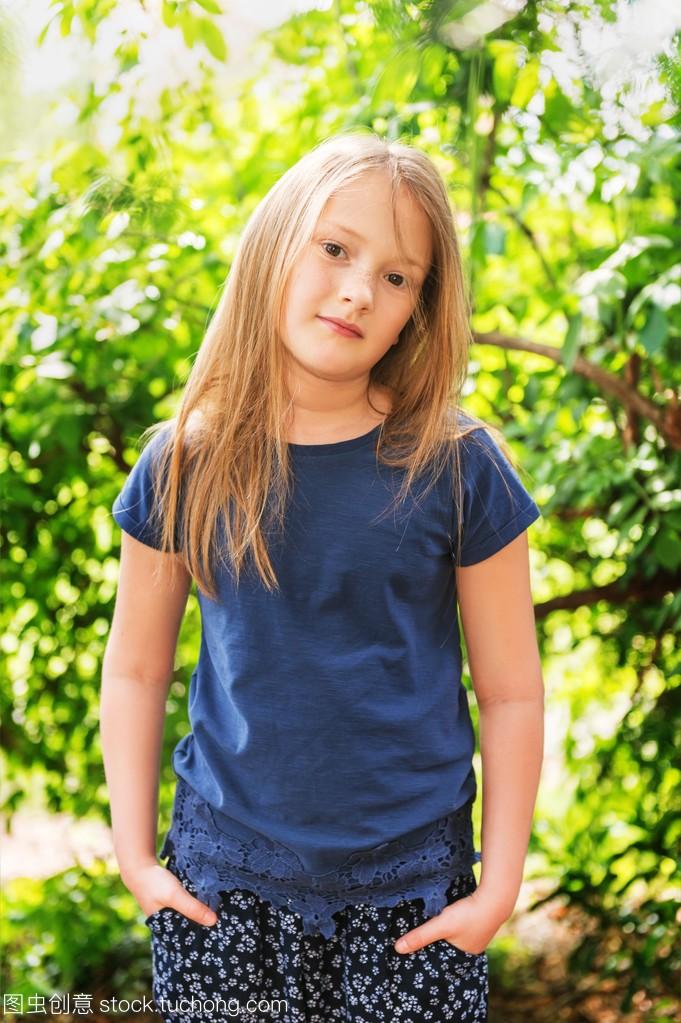 明媚的小女孩7岁的那天女生可爱,公园里穿蓝阳光qq个性头像大全图片