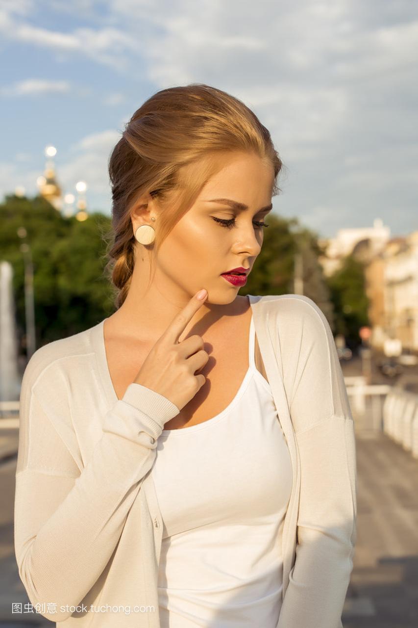 瘦性感性感户外美女在夏天构成。热情洋溢的年侯香少妇图城市婷图片