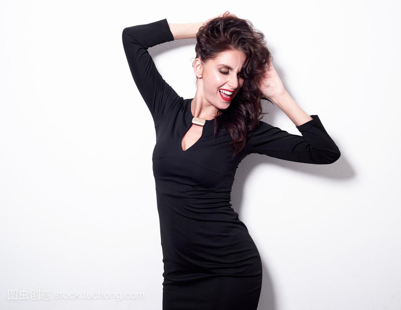 摆在性感白色的性感连衣裙的美丽开朗黑色图片韩国女人背景美女黑丝图片