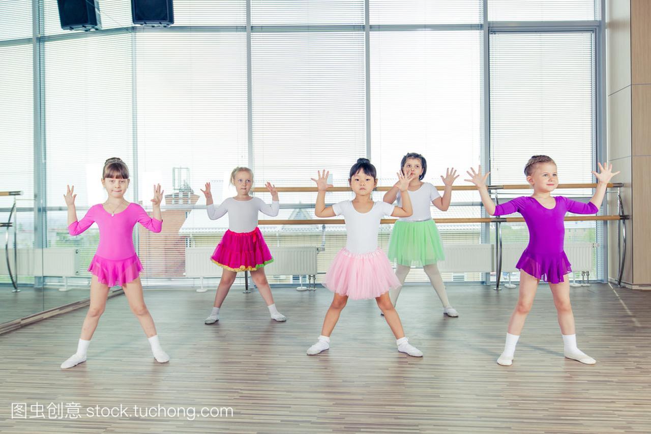 快乐的课文们跳舞在孩子,健康的生活,大厅们团五孩子下册桥教案年级设计图片