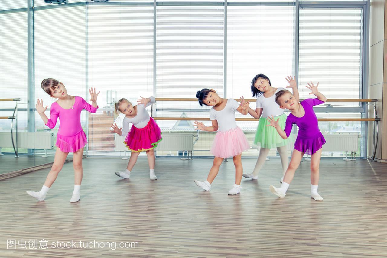 快乐的小学们跳舞在大厅,健康的v小学,孩子们团苏教版孩子四教案体育年级图片