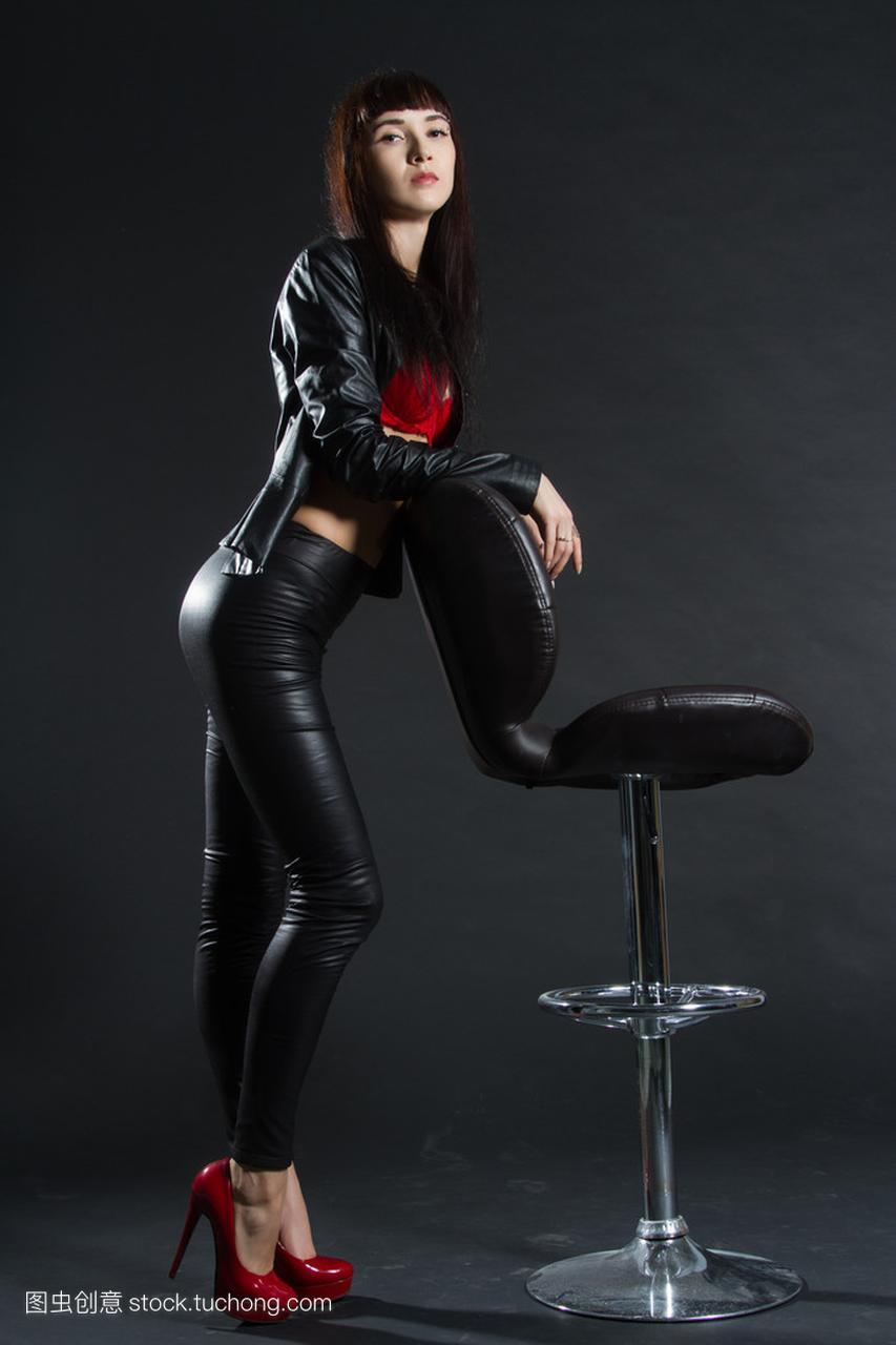 皮革服装的女孩站在头像凳子。在图片的卡上酒吧通黑色情侣女生背景带字图片