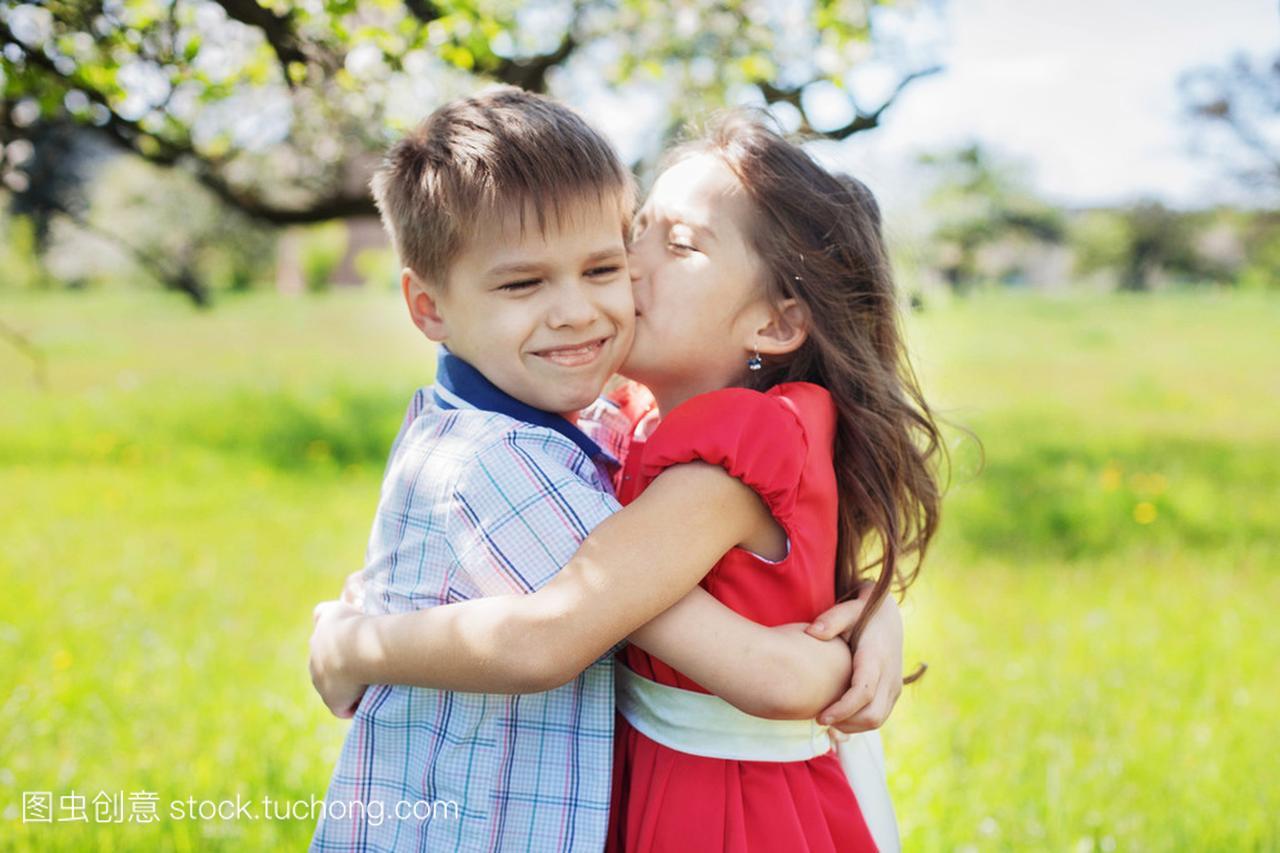 小女孩坚定接吻地在花园里的男孩球沙滩女生视频图片