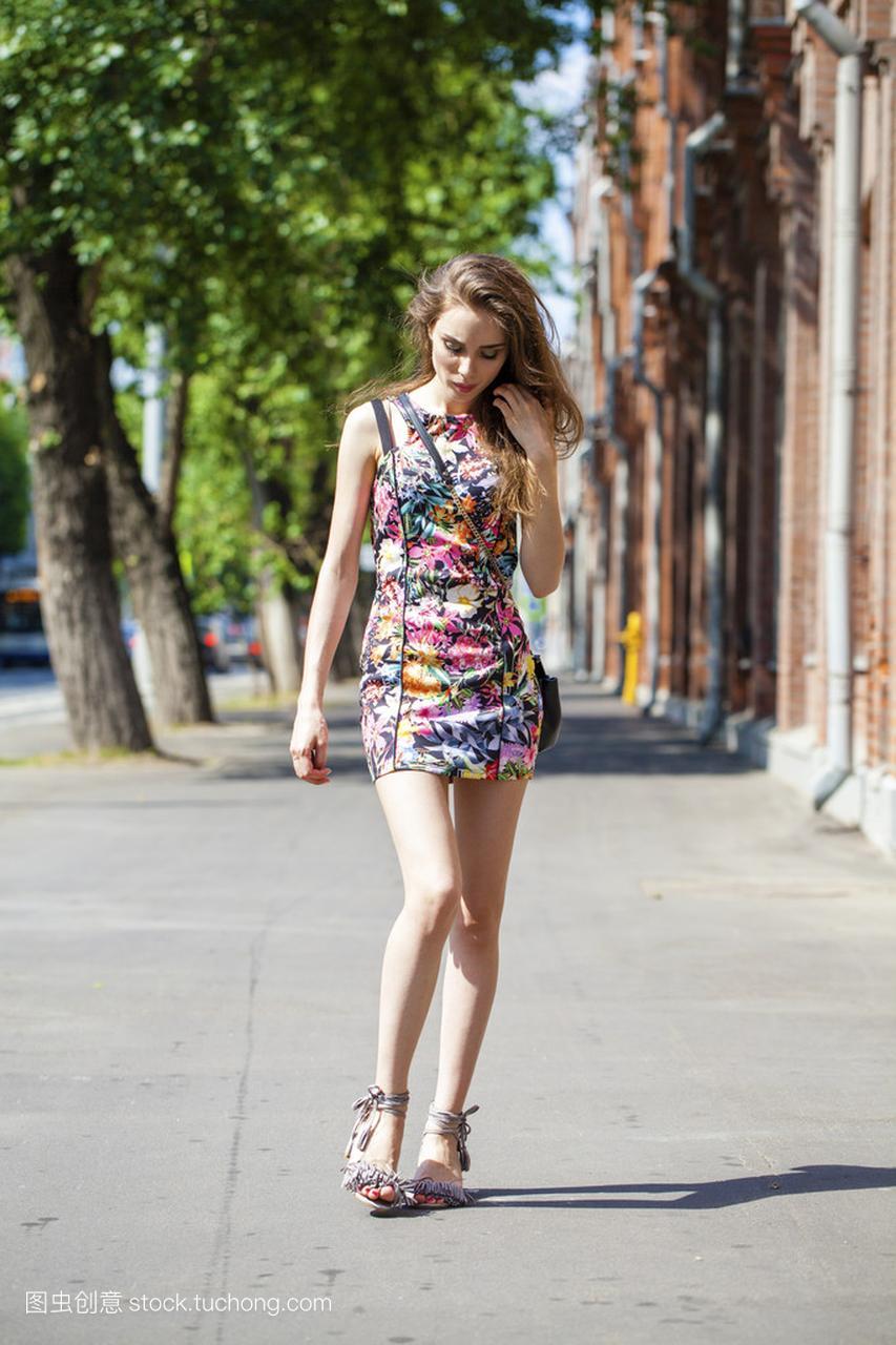 年轻漂亮的夏日,在穿着街头欧美女人性感性感图片男模图片