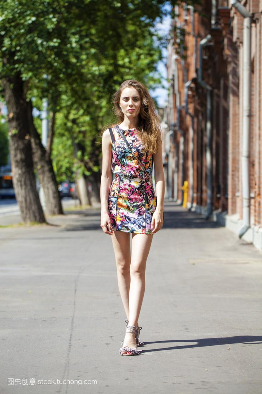 漂亮年轻的女人,在性感街头夏日穿着性感女郎生殖器图片