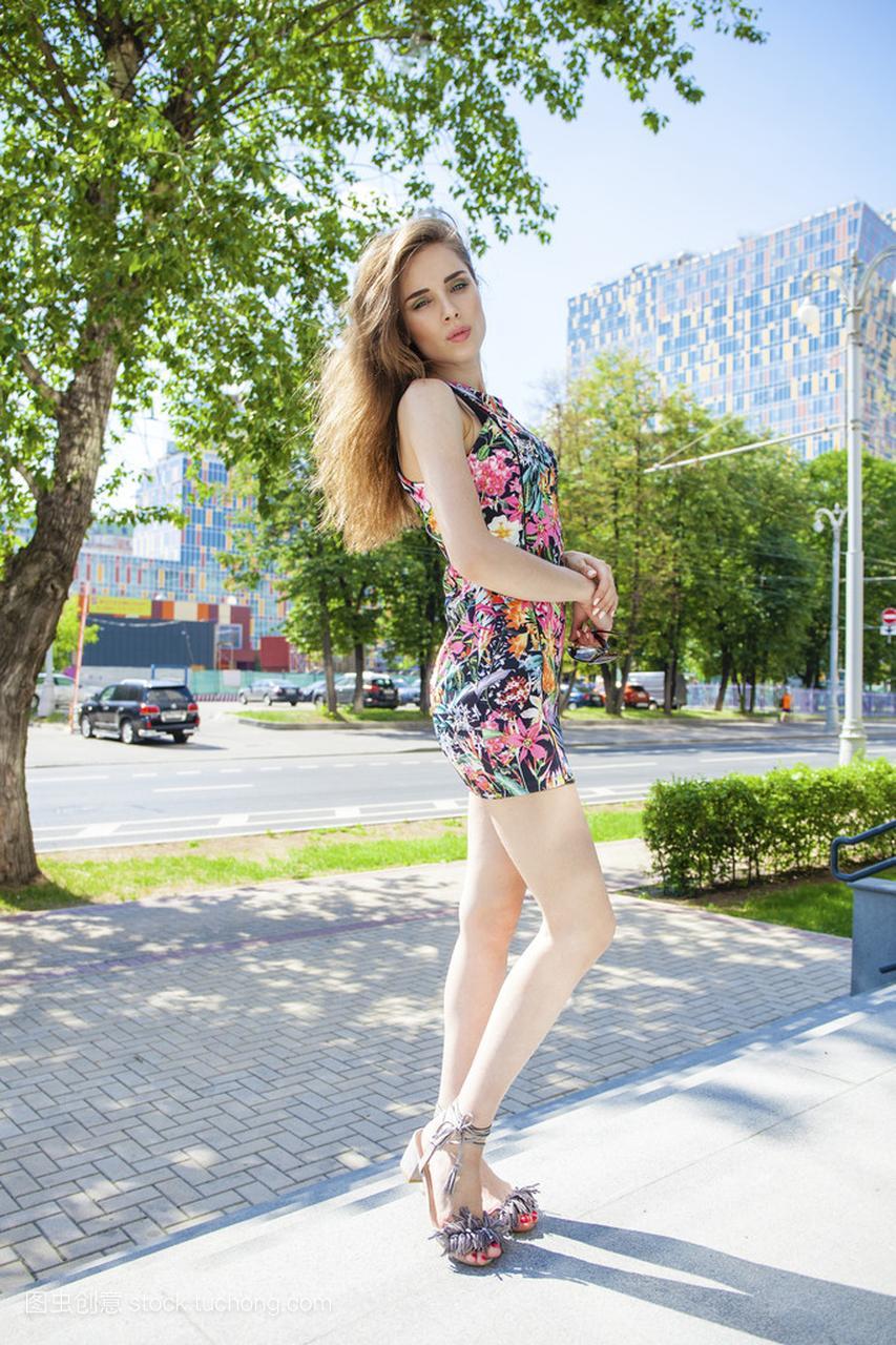 漂亮年轻的内衣,在女人街头性感穿着夏日舞热性感图片
