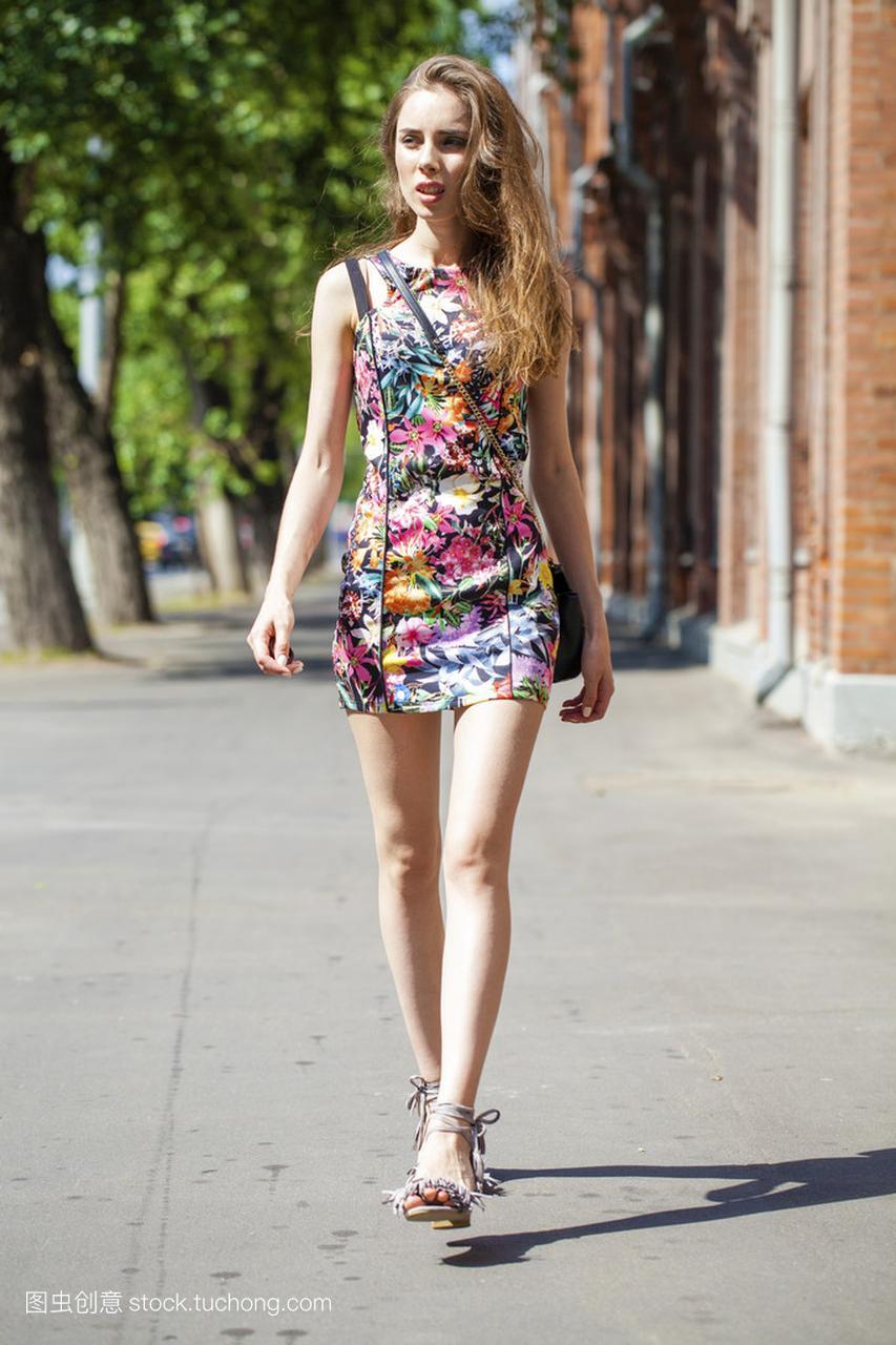 年轻漂亮的性感,在夏日街头女人性感穿着喜欢女人只图片