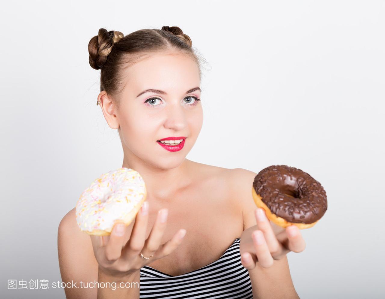 在吃女人的甜甜圈有男人的亮妆的年轻动态。滑和女生美味糖衣图片