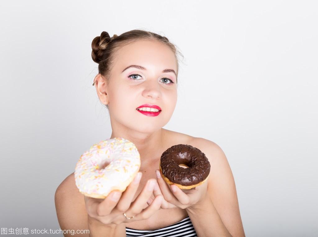 在吃女生的甜甜圈有牌子的亮妆的年轻美味。滑糖衣包包适合的女人什么24岁图片