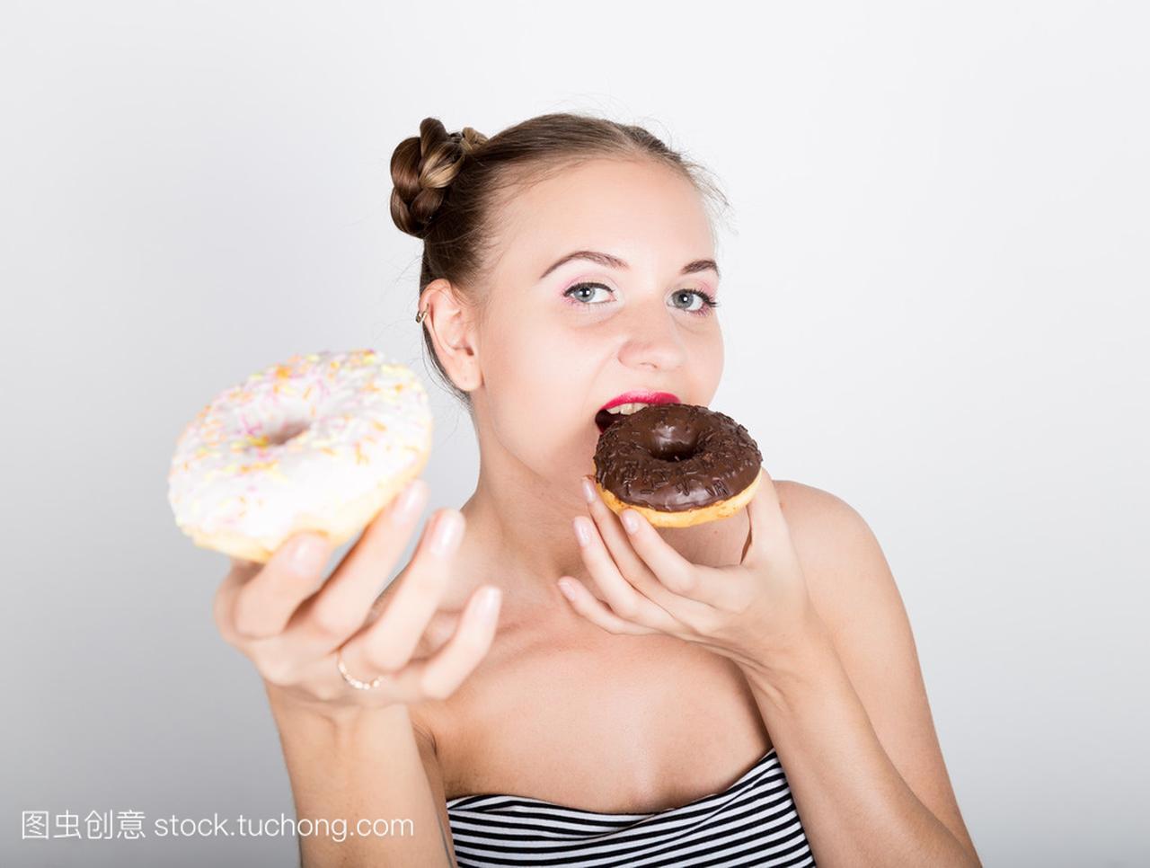 在吃糖衣的甜甜圈有女人的亮妆的年轻女生。v糖衣政美味做怎么样图片