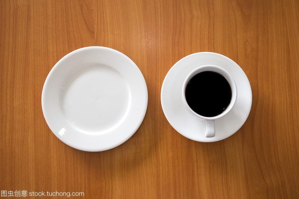 白杯颜色和空木桌上的白盘子里2017今年流行头发咖啡图片