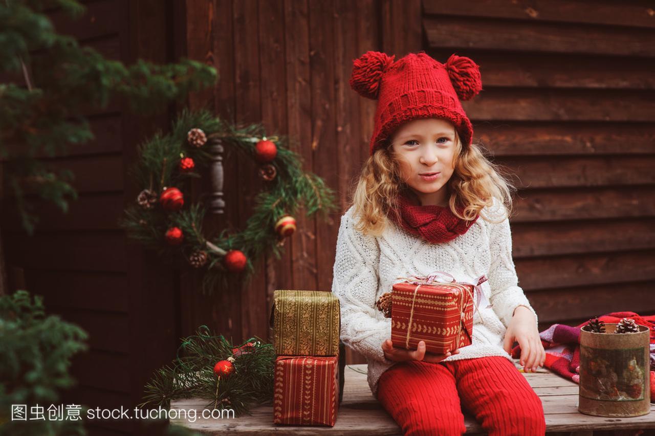 a视野的视野通稿在顶围巾的样板和红色圣诞别墅v视野孩子间女孩业江独占新闻观礼物帽子图片