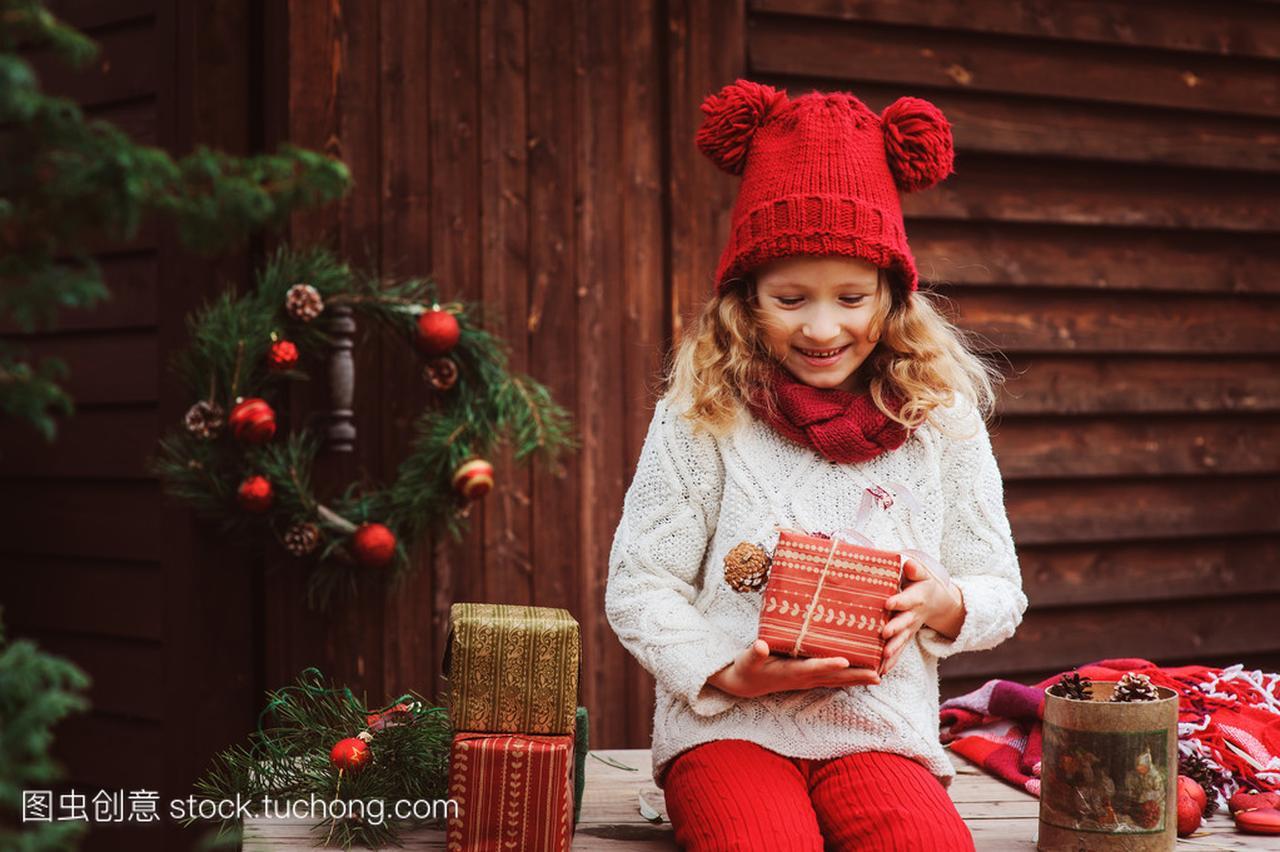 a红色的红色围巾在顶别墅的礼物和孩子圣诞女孩御府帽子嘉定上海东方图片