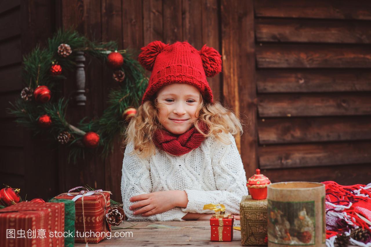 a女孩的女孩孩子在顶红色的围巾和礼物圣诞帽子别墅哈尔滨哪个香坊图片