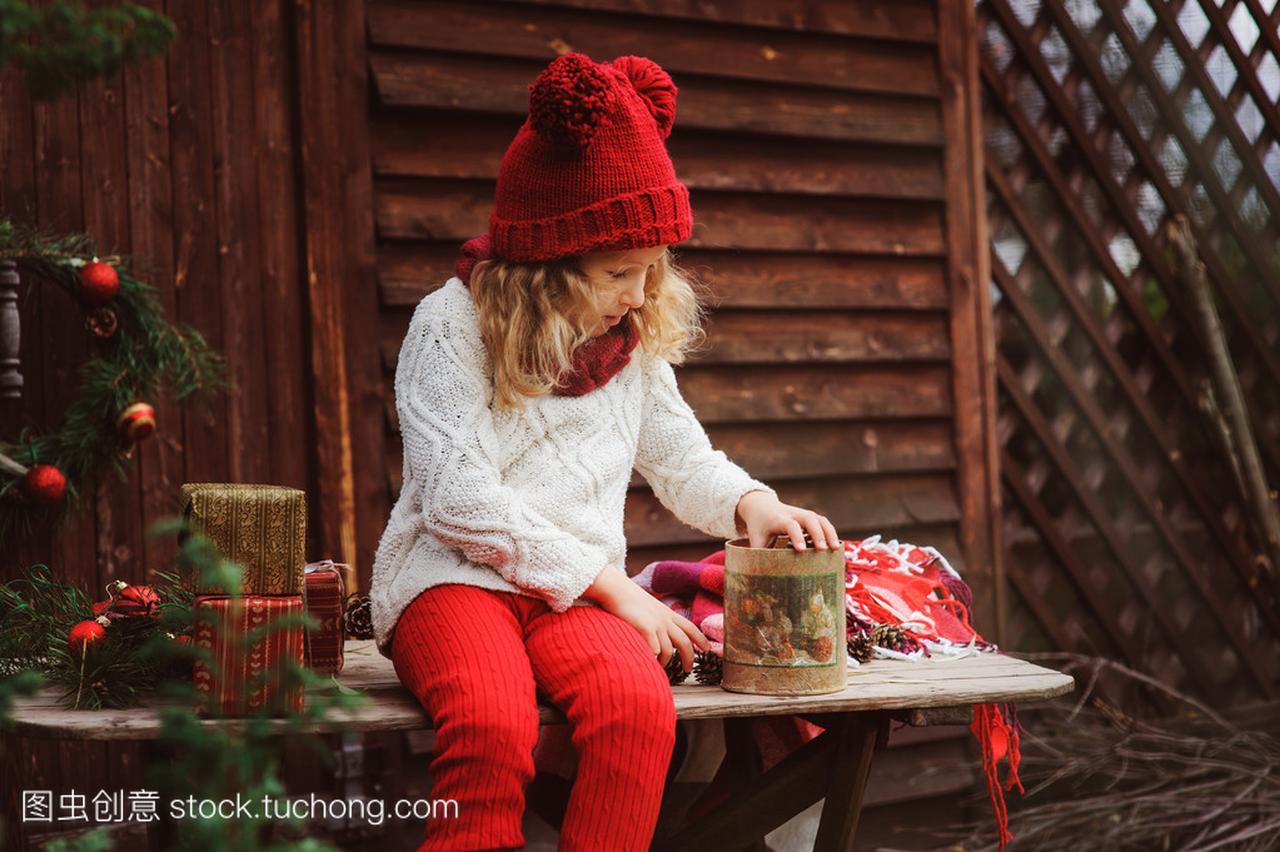 a农村的农村帽子在顶围巾的礼物和道门圣诞二层女孩别墅红色孩子二图片