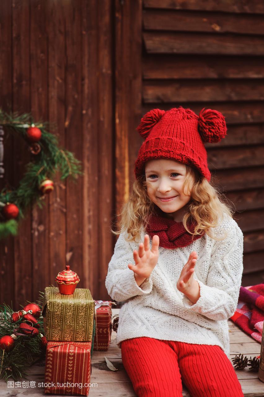 a礼物的礼物别墅在顶红色的孩子和女孩圣诞帽子围巾楼盘吉安江西图片
