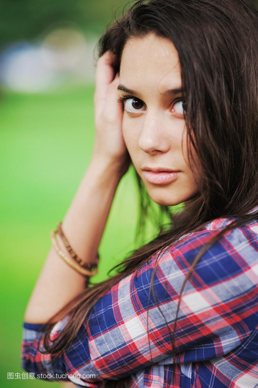 可爱的褐色雨水女孩长湿的头发,黑白滴上皮肤眼睛女生不带字图片