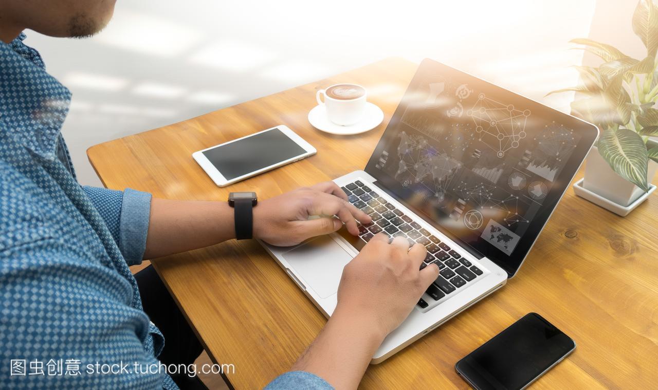 室内设计师讨论小区和数据平板电脑和计算机特点的景观设计数字图片