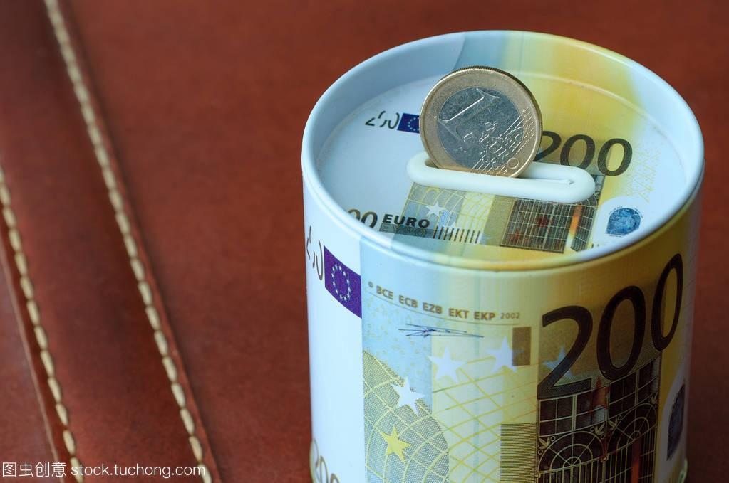 持有真空欧元存钱盒。为金融和气力的商业吊车输送设备概念硬币图片