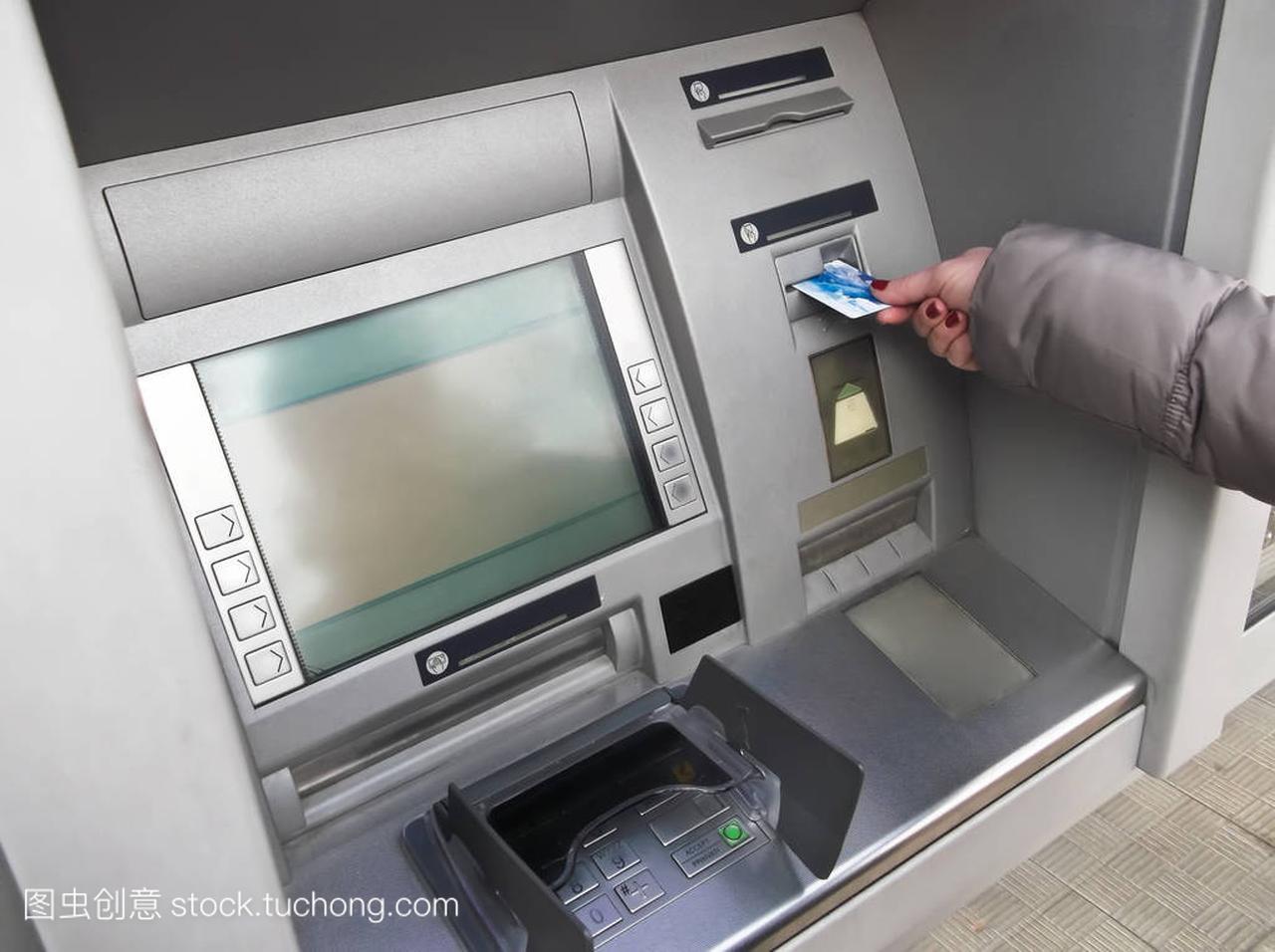 女人手Atm卡插入银行取款机取钱库教程号六图片