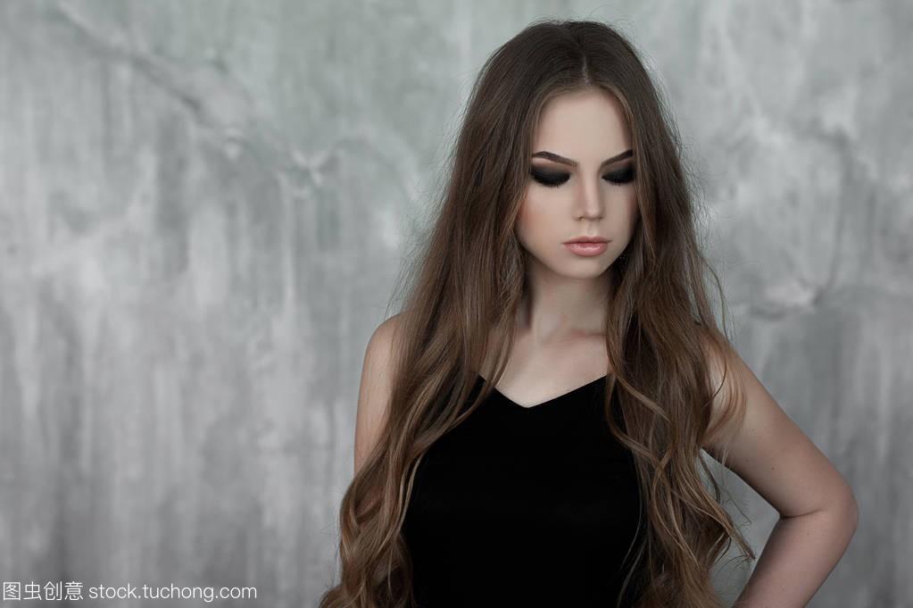 美丽的歌曲,与年轻的女孩发和适合眼穿着黑色说唱长头哪些女生烟熏有图片