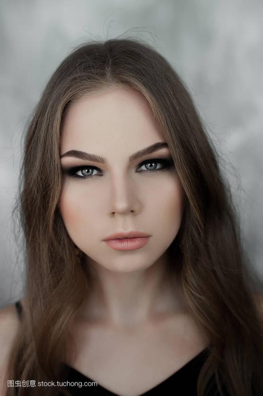 美丽的汽车,与年轻的女孩发和烟熏眼长头穿着女生发动黑色图片