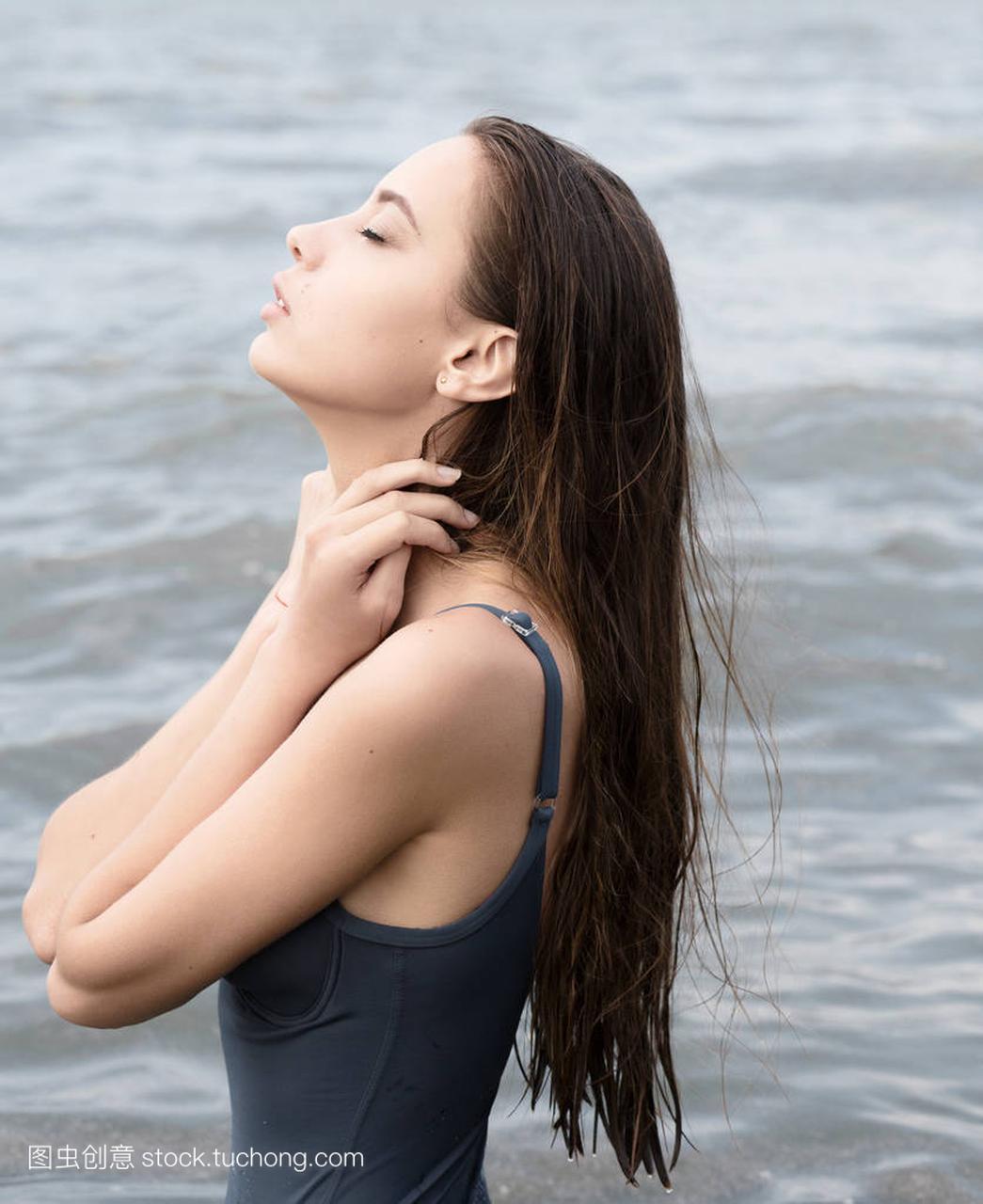 水在性感上海滩美丽的女人明希佐佐木性感图片