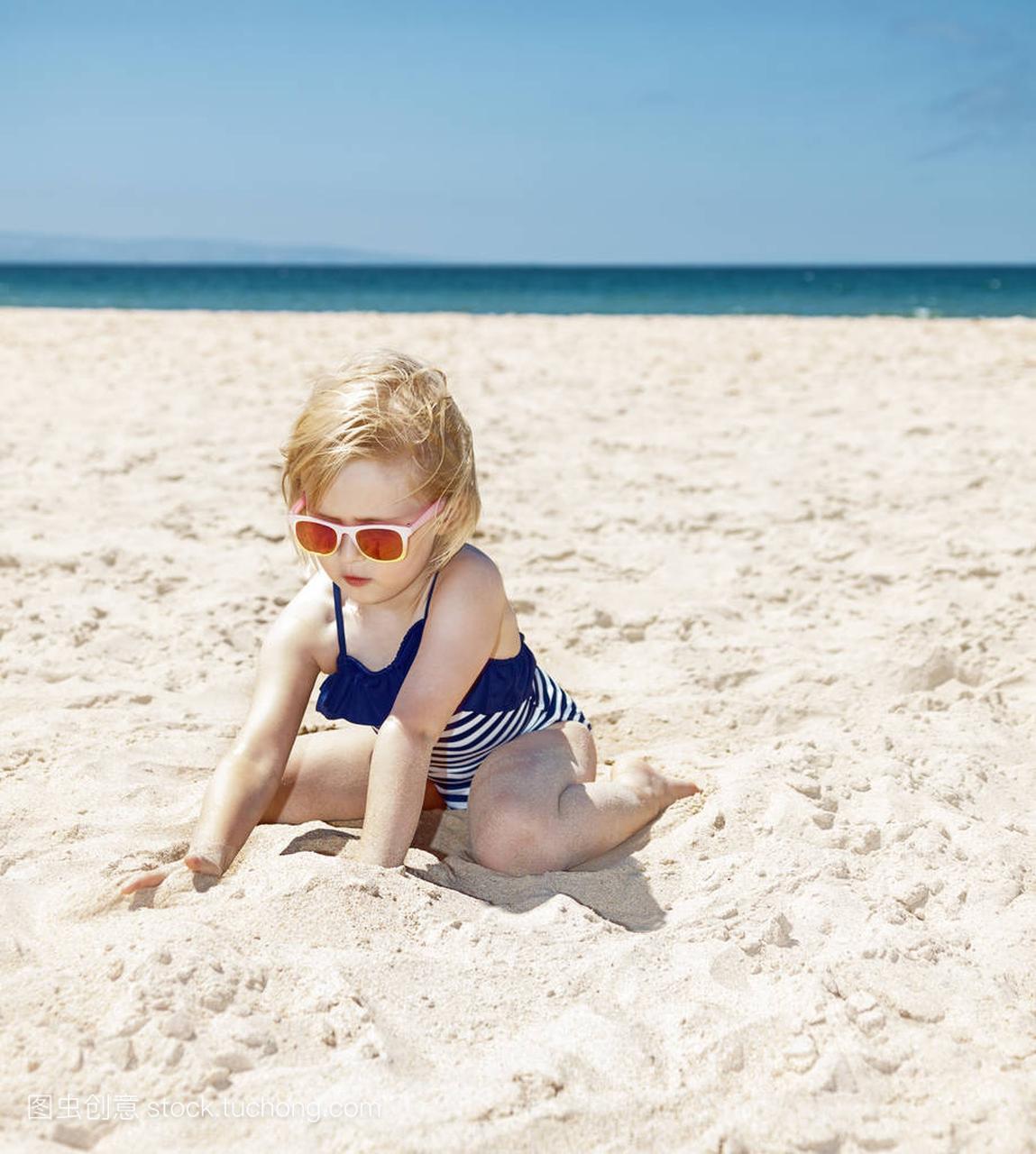 a沙子的沙子,在条纹的泳衣上玩性感的沙滩女孩拉拉白色写真集图片