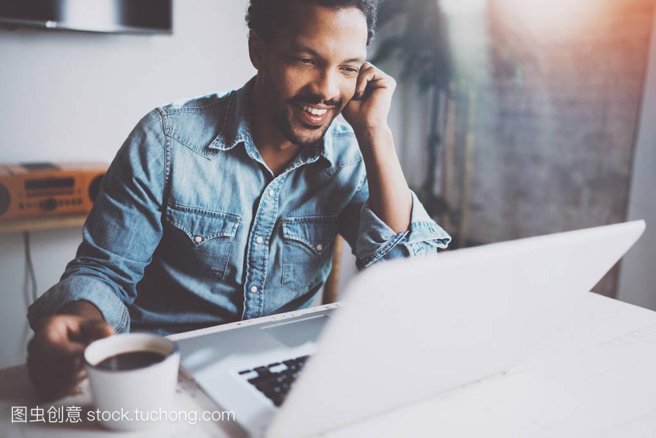 a笔记的大胡子非洲人制作笔记对话通过现代视频视频镐笑图片