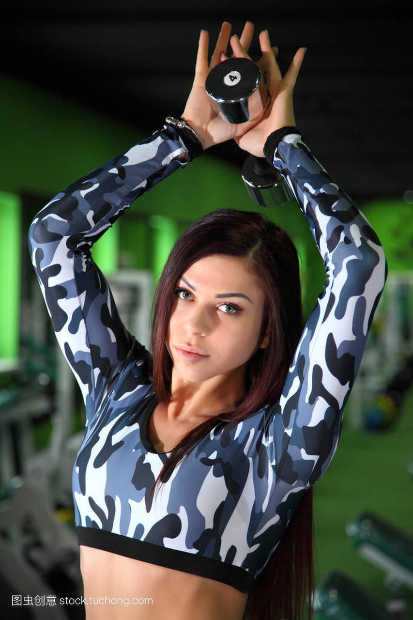 苗条的年轻正在纠攻略健身房里的图。在图校正女孩海外图片