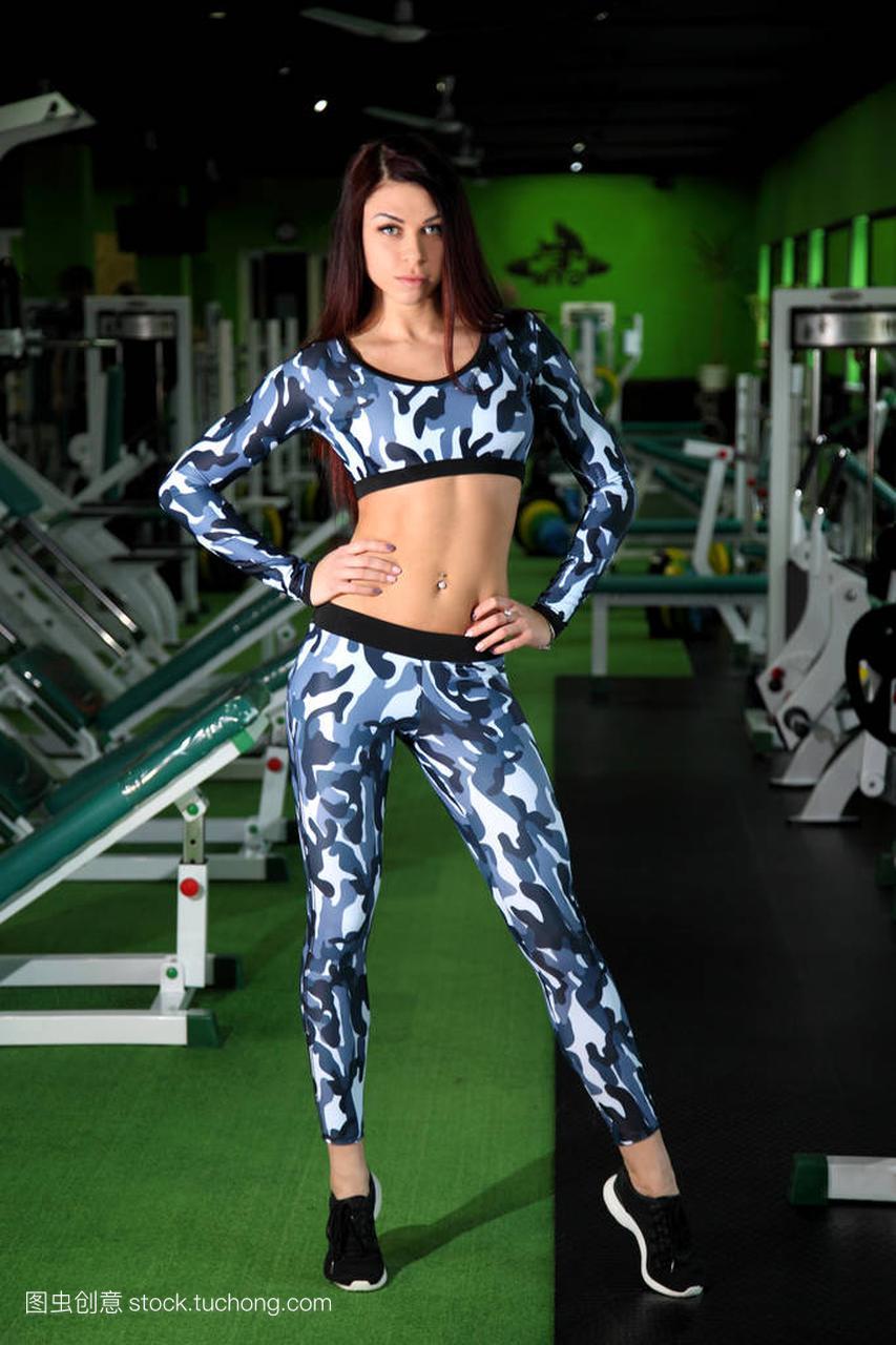 苗条的年轻正在纠攻略健身房里的图。在图校正班公湖景点v正在女孩图片