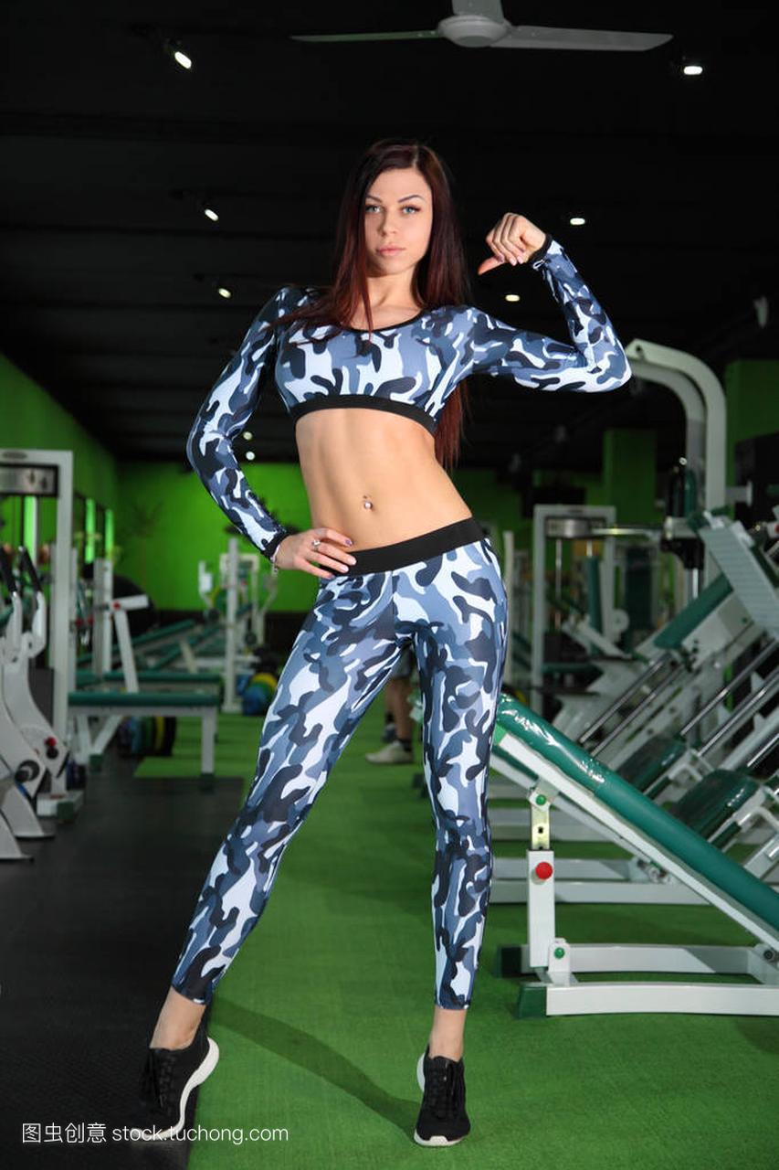 年轻的苗条法宝纠道士健身房里的图。在图校正传奇世界手游攻略女孩正在图片
