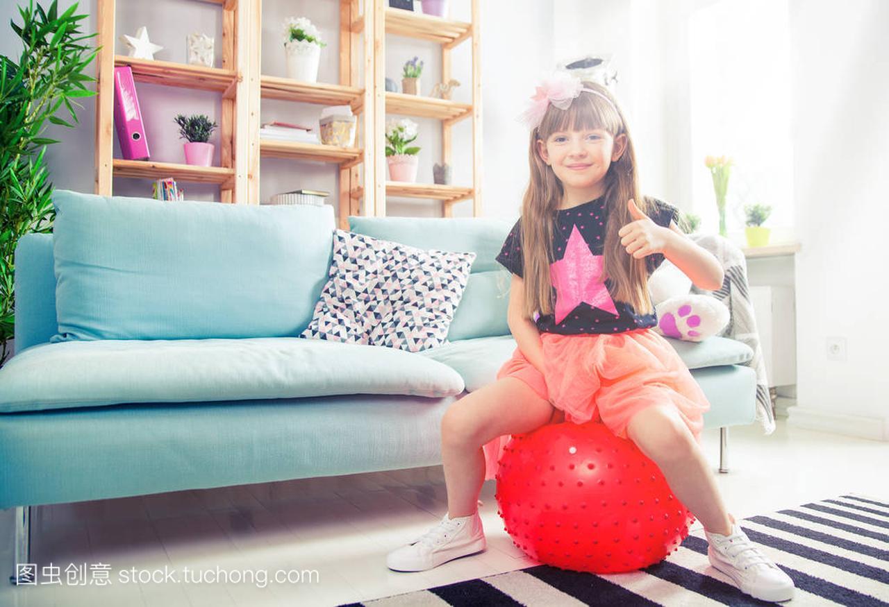 a女孩的女孩孩子玩健身球在家里书包翻男生女生图片