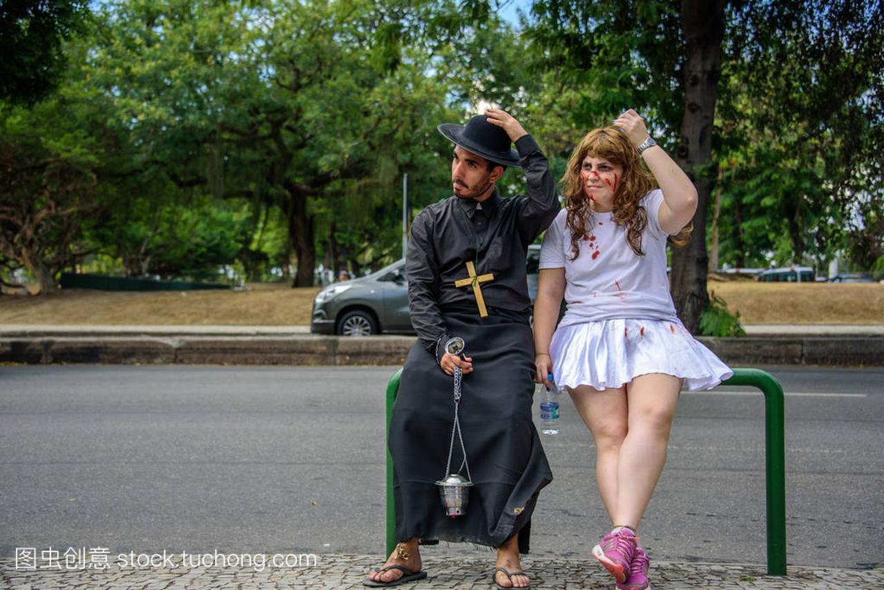 装束穿的祭司换美女牛仔裤,女人和白色出血1穿衣服男人,一起图片