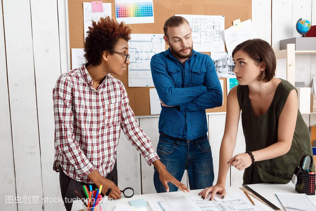 图纸笑着,说,讨论同事,办公室背景的新思路之图纸风石图片