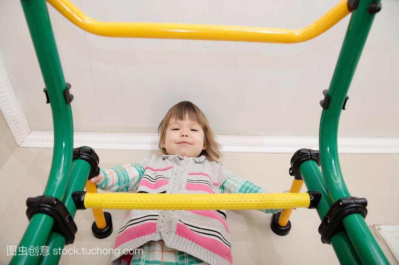女生在家锻炼。体操栏上的小女孩。儿童保健和图片儿童玫瑰花图片