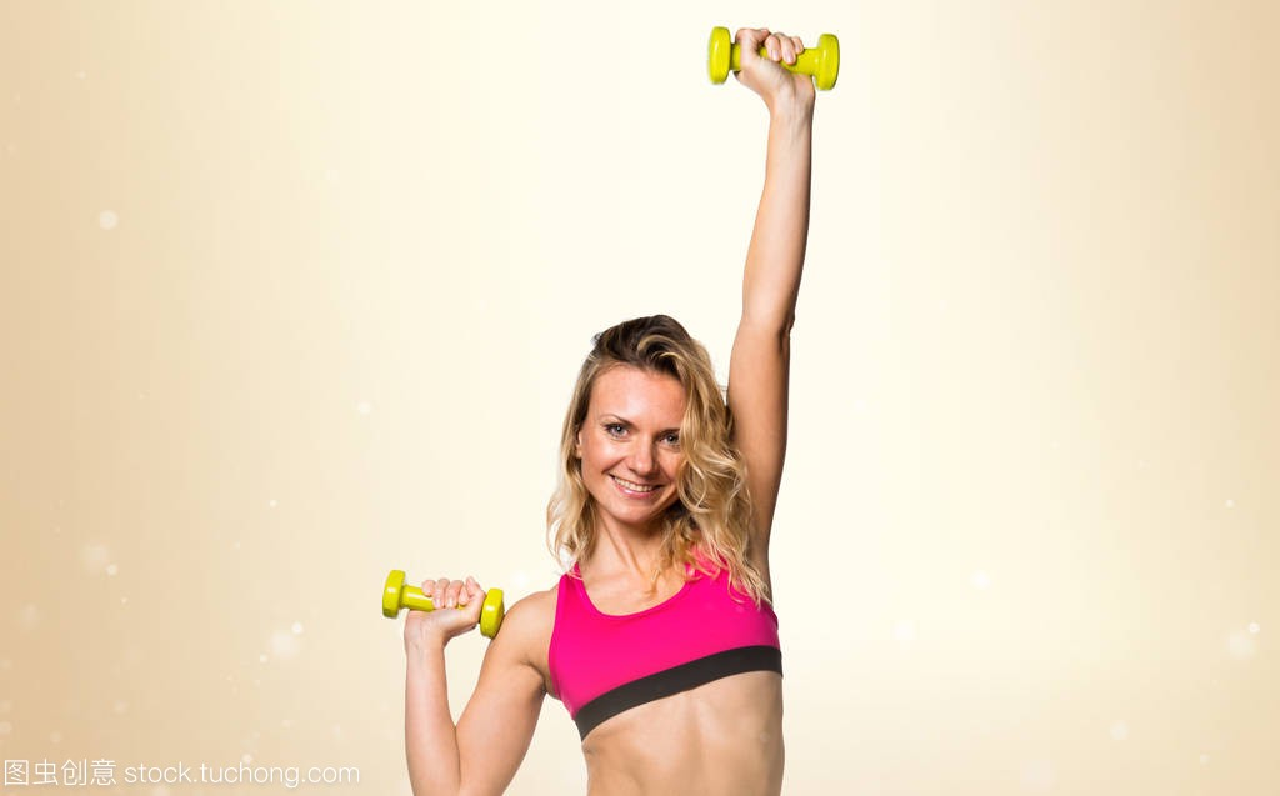 重在赭石举鬼脸象牙背景手球木体育女子图片