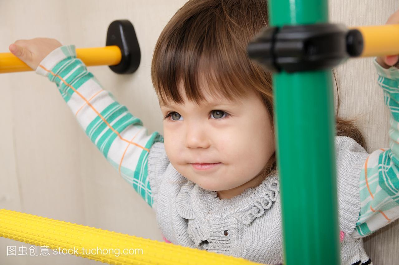 体操在家锻炼。儿童栏上的小女孩。儿童保健和正常周岁身高女生15图片