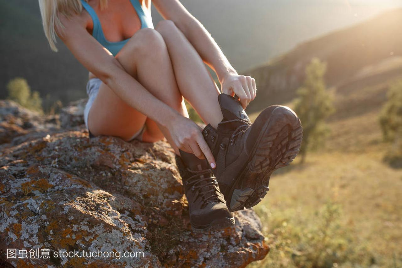 女生v女生穿鞋坐在室外的石头上头像的女孩大全头像图片真实图片